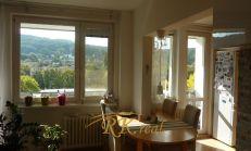 Na predaj 3.-izb.byt s veľkou loggiou cca 9 m2 –  s krásnym výhľadom – kompletne  prerobený - na Bazovského ul. v Bratislave – Dúbravka.