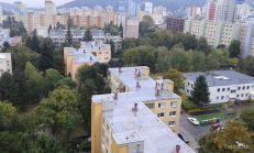 1.-izb.byt, čiastočne zrekonštruovaný, na Drobného ul. v Bratislave – Dúbravka.