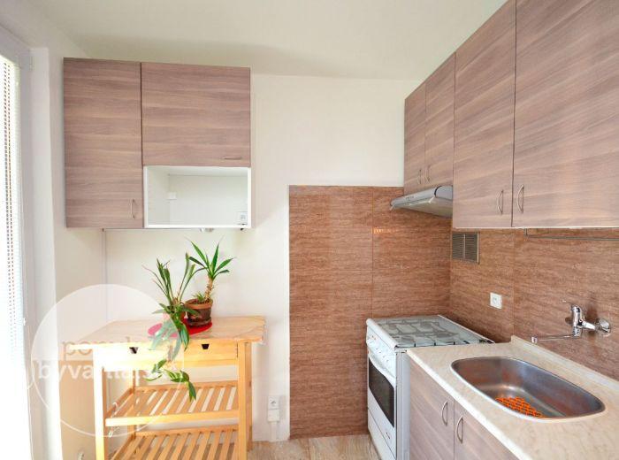 PREDANÉ - LEVÁRSKA, 2-i byt, 53 m2 – svetlý byt, KOMPLETNÁ REKONŠTRUKCIA, samostatná kuchyňa, LOGGIA, KOMORA, vnútroblok s detským ihriskom