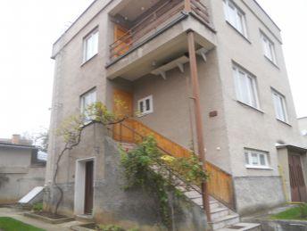 Trojpodlažný podpivničený dom s garážou a pozemkom 755m2 v obci Horné Vestenice.