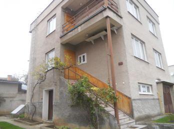Dvojposchodový, podpivničený dom s garážou a pozemkom 755m2 v obci Horné Vestenice.