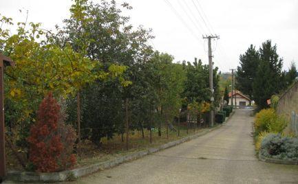Útulný pozemok v starej časti obce Svätý Júr