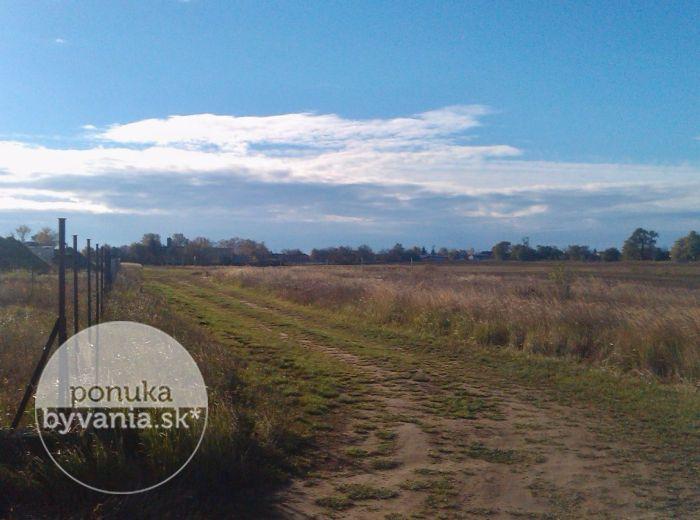 PREDANÉ - NOVÁ DEDINKA, pozemok, 750 m2 - krásny pozemok v POKOJNEJ časti, kompletné IS schválené – realizácia 2017