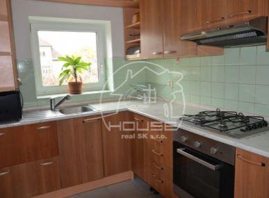 PRENÁJOM: priestranný 4 izbový byt v rodinnom dome, Gaštanová ulica,Bratislava I, výmera 120 m2, zariadený.