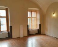 Prenájom, kancelárske priestory v historickej budove na námestí, Banská Bystrica