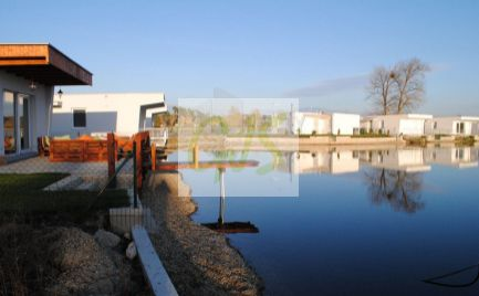 Špičková chata s tepelným čerpadlom a s podielom na jazere, s priamym vstupom do vody.
