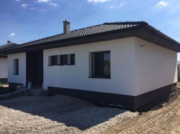 Novostavba dobre riešeného bungalovu na pozemku 600m2, za skvelú cenu 149900!!PRIAMO OD DEVELOPERA!