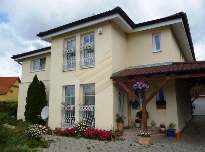 PREDANÉ - ŠENKVICE - SLNEČNÁ, 4,5-i dom, 248 m2 – veľká novostavba s MRAMOROVÝM KRBOM A BAZÉNOM, slnečný pozemok 598 m2, s TERASOU