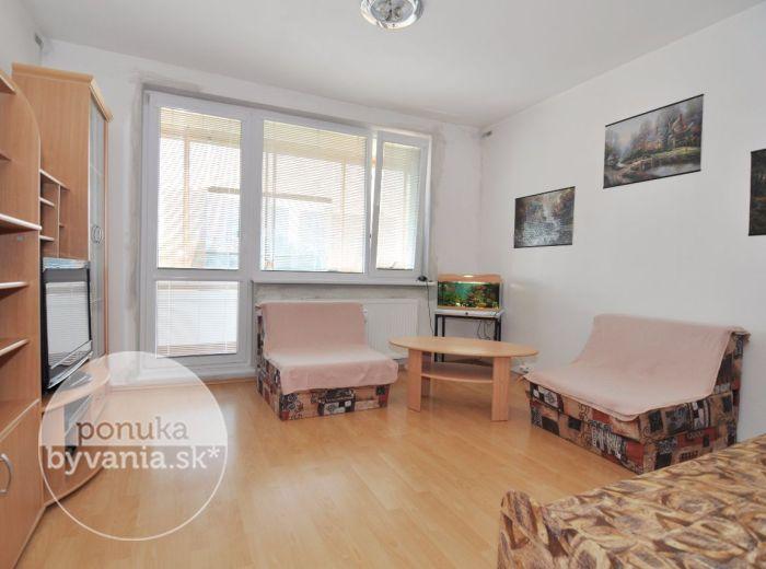 PREDANÉ - JASOVSKÁ, garsónka, 28 m2 - čiastočne rekonštruovaná, ZATEPLENÝ bytový dom, zasklená LOGGIA