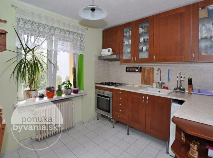 PREDANÉ - PIONIERSKA, 1-i byt, 30 m2 – zrekonštruovaný TEHLOVÝ byt, samostatná kuchyňa, v ZATEPLENOM bytovom dome s oplotením