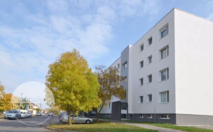 PREDANÉ - OSLOBODITEĽSKÁ, 4-i byt, 89 m2 – byt v PÔVODNOM STAVE s loggiou, v ZATEPLENOM dome, šatník, výhľad na zeleň, GARÁŽ