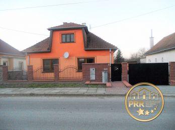 Predaj útulného, kompletne zrekonštruovaného domu s garážou v obci Rybany.