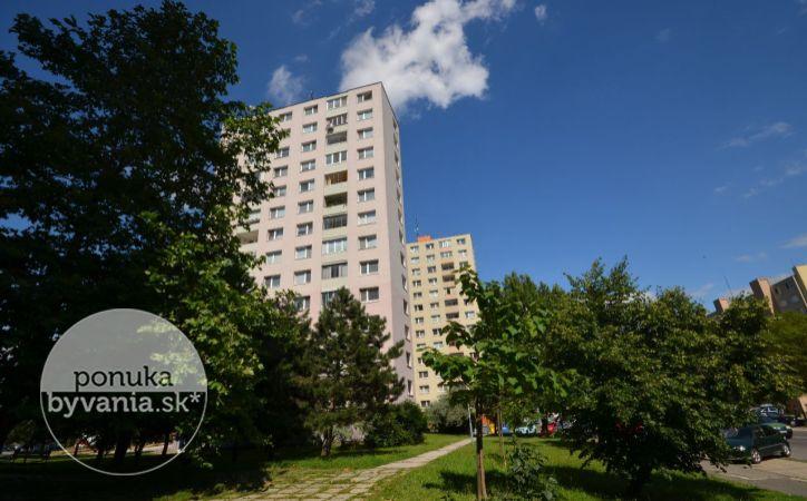 PREDANÉ - PRI KRÍŽI, 3-i byt, 73 m2 – REKONŠTRUOVANÝ byt s VÝBORNOU DISPOZÍCIOU, zasklená LOGGIA, zelené okolie, bezproblémové parkovanie