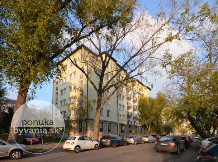 PREDANÉ - PÁRIČKOVA, 1-i byt, 41 m2 – TEHLOVÝ byt, čiastočne zrekonštruovaný, v ZATEPLENOM bytovom dome, na skok od CENTRA