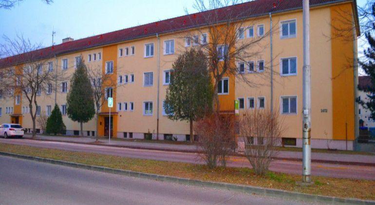 Sihoť I. - Rázusová ul., Trojizbový tehlový byt, 82m2. + naplánované nové lodžie.