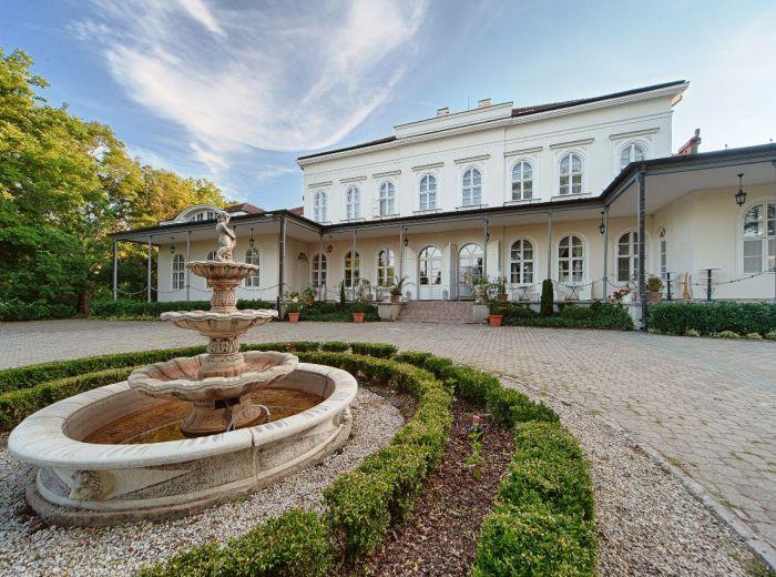 LUXUSNÝ APARTMÁN, 40 m2 - romantický kaštieľ so zámockým parkom, exkluzívna PLNÁ PENZIA, privátny WELLNESS, tenisové ihrisko, bazén … NECHAJTE SA ROZMAZNÁVAŤ AKO KRÁĽ
