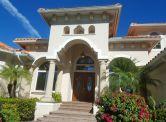 Naples Bay rodinné domy pri južnom zálive, Florida, USA