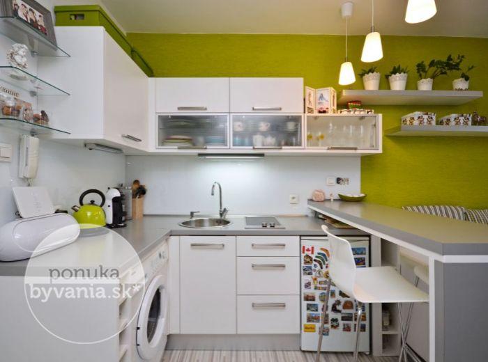 PREDANÉ - KOŠICKÁ, 1-i byt, 29 m2 – moderný ZREKONŠTRUOVANÝ byt s loggiou, zariadený, v TICHOM dvore, kúpou voľný