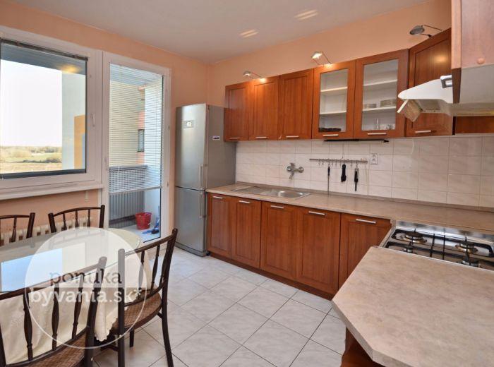 PREDANÉ - JASOVSKÁ, 3-i byt, 69 m2 - kompletne ZREKONŠTRUOVANÝ byt s loggiou, v ZATEPLENOM bytovom dome, TOP lokalita, kúpou voľný