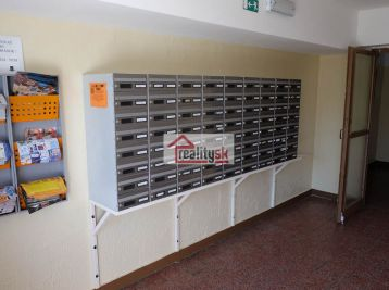 Reality Štefanec /ID-10461/ Galanta, Revolučná štvrť, predaj garsónky po čiastočnej rekonštrukcii na 10p/13p, úžitková plocha 24 m2, bez balkóna.. Cena 33.490,-€.