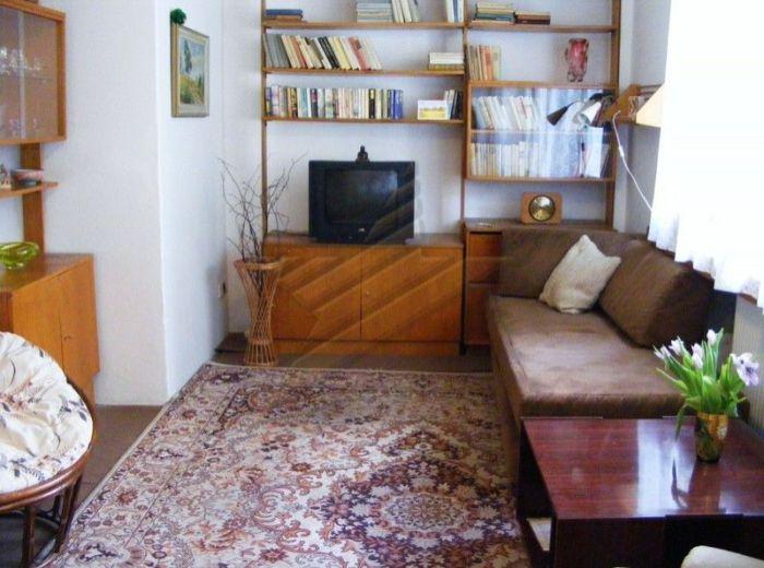 PREDANÉ - KÚPEĽNÁ, 1-i byt, 45 m2 - priestranný byt v SAMOM CENTRE, pri NÁBREŽÍ DUNAJA, v udržiavanom pôvodnom stave, VLASTNÝ KOTOL