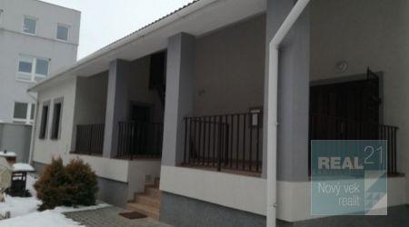 Kompletne zrenovovaná budova 150m2 v Ilave vhodná aj na bývanie.