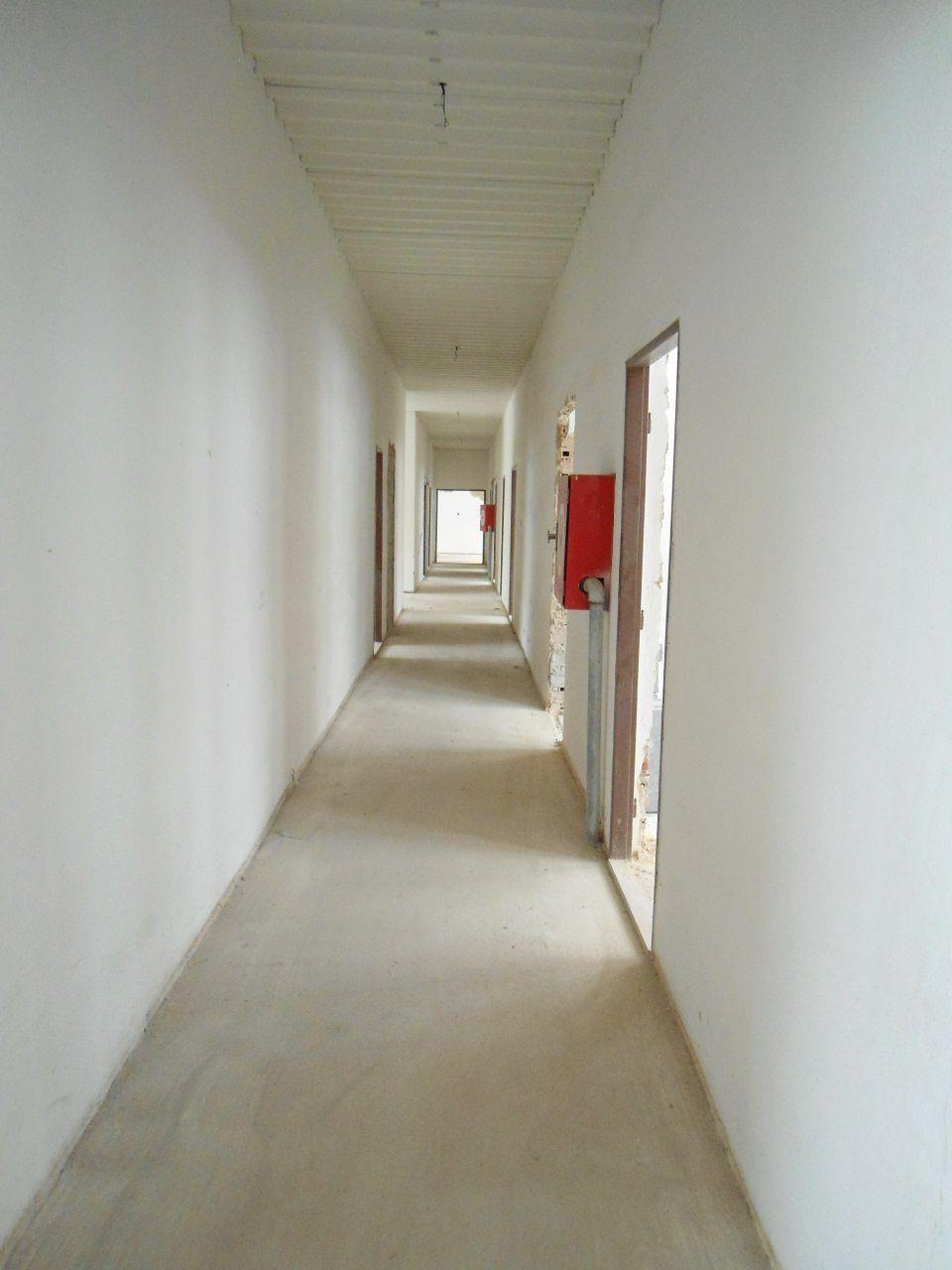 NR -  4 km od NR, budova vhodná na ubytovňu prípadne na administratívu, zastavaná plocha 660 m2, okrajová  časť obce, parkovanie  (1148-28)