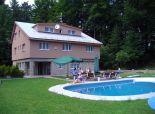 predaj reakreačný objekt v obci Králiky, kapacita 26 osôb, garáž bazén, terasa, oplotený pozemok 2060m2.