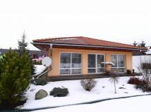 Jedinečná príležitosť: 4 izbový bungalov, 1615 m2, zimná záhrada, sauna, krb