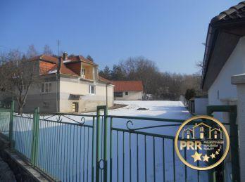 Predaj domu s garážou a pozemkom 1938 m2 v obci Radiša pri Bánovciach n/B.