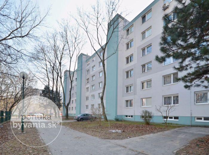 PREDANÉ - LACHOVÁ, 3-i byt, 70 m2 - rekonštrukcia 2017, ZASKLENÁ loggia, ŠATNÍK, skladový priestor 8 m2, Petržalská električka, na SKOK OD CENTRA
