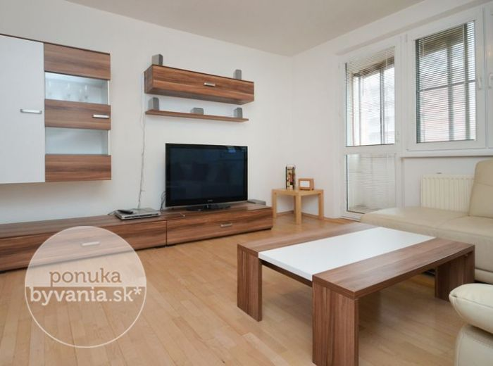 PREDANÉ - JÁNA PONIČANA, 3-i byt, 68 m2 – ZREKONŠTRUOVANÝ byt, výborná dispozícia, SAMOSTATNÁ KUCHYŇA, zasklený balkón, obľúbená lokalita