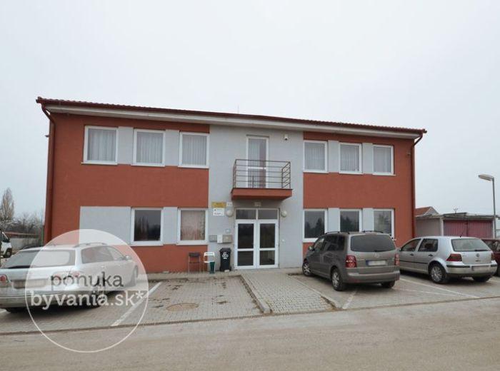 DOMOVÉ ROLE, administratívna budova so skladovým / výrobným priestorom, 847 m2 – novostavba, oplotený pozemok 1 670 m2, SKLAD alebo VÝROBNÁ HALA