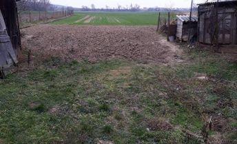 rovinatý pozemok  o výmere 13,56 ára v obci Malé Zálužie