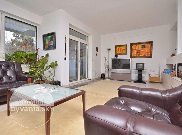 PREDANÉ - ADÁMIHO, 4-i dom, 190 m2 – príjemne zrekonštruovaný dom, záhrada plná zelene, JAZIERKO, 3 terasy, KRB, alarm, PIVNICA, GARÁŽ