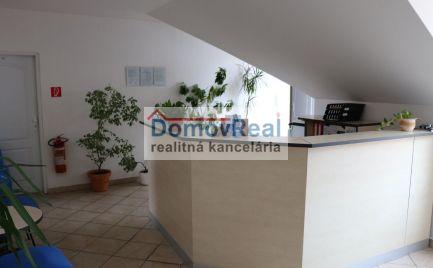 Administratívne priestory (10 kancelárií) na predaj v Šamoríne na lukratívnom mieste. Dohoda možná.