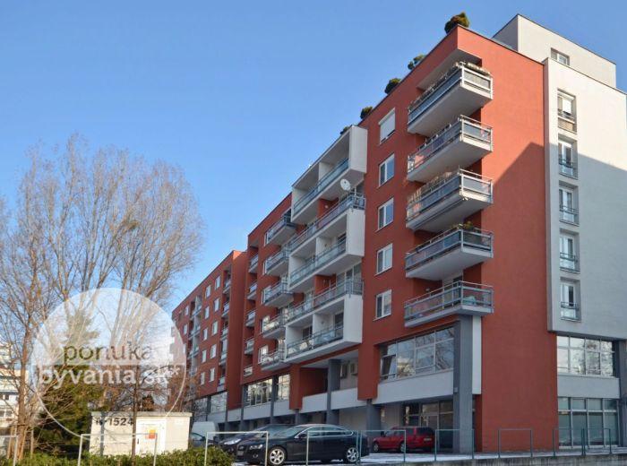 PREDANÉ - TOMÁŠIKOVA, 1-i byt, 54 m2 – priestranný byt v NOVOSTAVBE, TEHLA, loggia, ŠATNÍK, ihneď voľný, výborná lokalita, výborná poloha