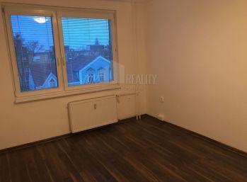 Reality Štefanec /ID-10522/, Galanta, Hlavná ulica, predaj zrekonštruovanej garsónky o výmere 24 m2 na 3/6 p. Bez balkóna a výťahu.. Cena 39.000,-.