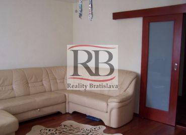 Ponúkame na predaj 3 izbový byt na ulici Rybárska v Šamoríne.