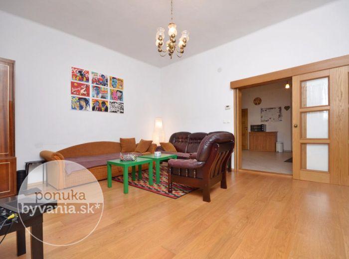 PREDANÉ - BIELA, 2-i byt, 60 m2 - priamo v srdci HISTORICKÉHO CENTRA, tehlový, zrekonštruovaný, VEĽKÉ izby, alarm, VLASTNÝ KOTOL