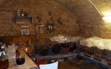 Vinohradnícky dom s pôvodnou tehlovou vínnou pivnicou v Rači.