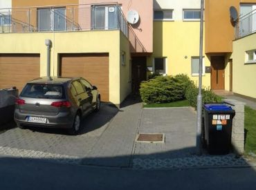 Krásny radový rodinný dom so záhradkou, terasou a garážou v Rovinke.