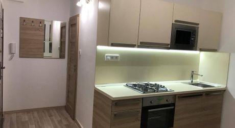 NASŤAHUJ SA! - Kompletne prerobený 1 izbový luxusný byt s balkónom na VII. sídlisku v Komárne