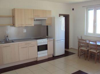 Prenajmeme veľký 2- izb. byt s parkovacím miestom v Seredi