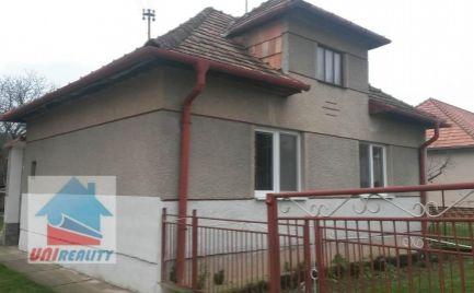 Okres – BÁNOVCE nad  BEBRAVOU – Obec PEČEŇANY –  2 – izb. rod. dom s garážou / pozemok 588 m2
