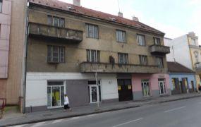 Na predaj polyfunkčná budova s obchodmi a rozmernými bytmi v centre Trenčína.