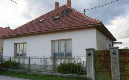 Rodinný dom v pôvodnom stave s pozemkom o výmere 2017 m2 v obci Holice, časť Stará Gala