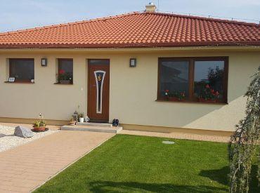 Krásny bungalov za hrádzou v obci Rovinka! Kompletné vybavenie domu v cene - kuchyňa, krb, štandard, sanita!