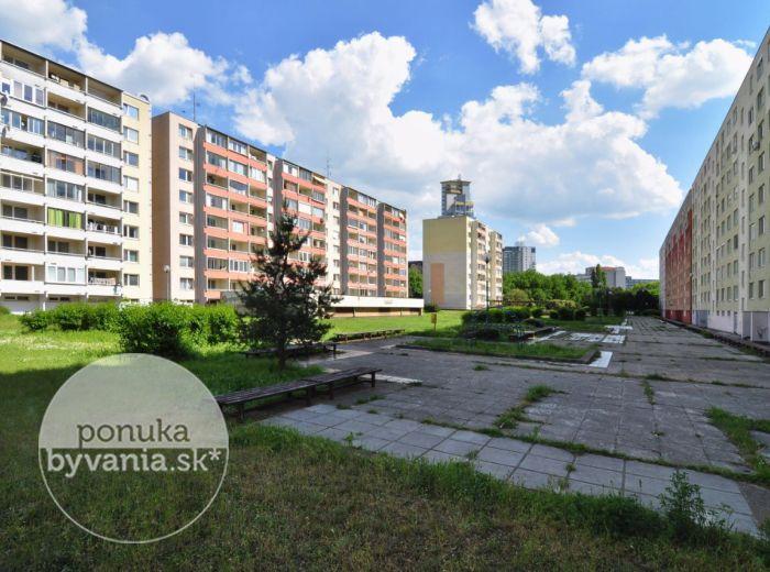 PREDANÉ - PALKOVIČOVA, garsónka, 23 m2 – tichý byt, kompletná rekonštrukcia, ZATEPLENIE, zasklená loggia, NÍZKE NÁKLADY, ihneď voľný