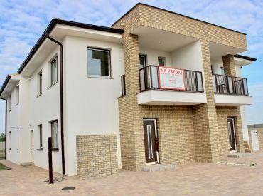 Ponúkame Vám na predaj prízemný 3-izbový byt s rozlohou 82,69 m2, terasou 15,30m2 a vlastnou záhradou s rozlohou od 390m2 v nadštandardnej výbave v Slovenskom Grobe. SKOLAUDOVANÉ